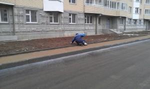 Уборка территории второго квартала. Сотрудник УК Комфорт Сити вытаскивает окурки с газона при помощи пинцета. Приятно удивлен! Так держать! ( Фото и комментарий Александр)