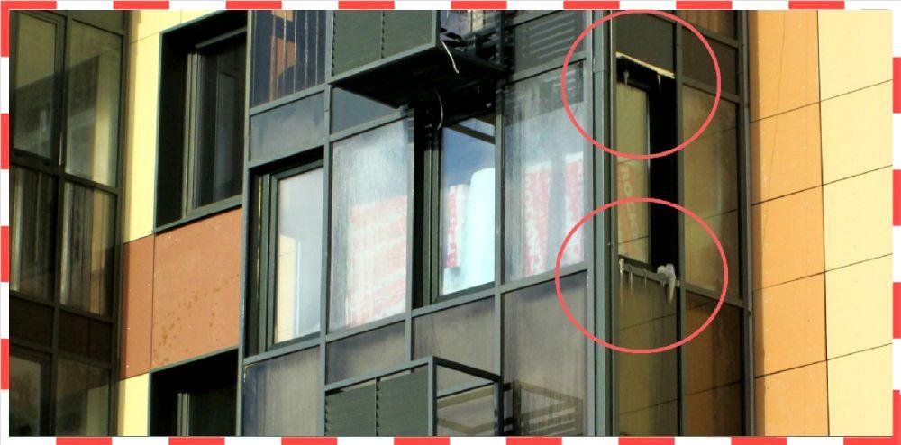 Сосульки на балконе дома в Переделкино Ближнее